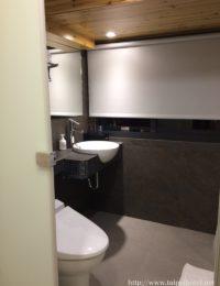 トイレにウォシュレットがあり仕切壁で部屋から見えない。